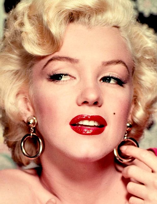 Marilyn Monroe make-up gold hoop earrings