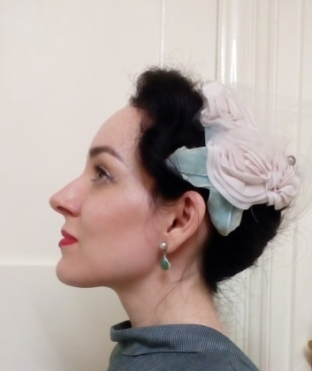 Fifties velvet rose hat - side